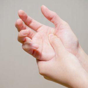 手の親指の付け根が痛く腫れる原因は何?症状や対策 治療法は?